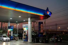 Una gasolinera de PTT en Bangkok, ene 27, 2016. Los mercados petroleros mundiales parecen haber vuelto a un equilibrio gracias a un fuerte crecimiento del consumo de combustible y a una serie de importantes interrupciones de suministro en grandes países productores.  REUTERS/Athit Perawongmetha/File Photo