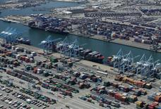 Vista aérea del puerto de Long Beach, California, Estados Unidos. 5 de agosto de 2015. El principal indicador mensual de la OCDE reveló el miércoles que están surgiendo señales de que una recesión en Estados Unidos y China, las dos mayores economías del mundo, podría haber tocado un piso. REUTERS/Mike Blake