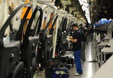 En esta imagen de archivo, trabajadores en una línea de producción de coches de Nissan en Washington, Inglaterra, el 20 de marzo de 2009. La producción industrial británica creció al ritmo más rápido en casi cuatro años en abril, aunque los economistas dijeron que la sorprendente subida no parecía un regreso a un crecimiento económico más sólido antes del referéndum sobre la permanencia del país en la UE. REUTERS/Nigel Roddis/Files