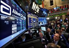 Operadores trabajando en la Bolsa de Nueva York, Estados Unidos. 10 de diciembre de 2012. Los bonos del Tesoro de Estados Unidos operaban estables el miércoles antes de una venta de 20.000 millones de dólares en título a 10 años, que será la segunda emisión de deuda de un total de 56.000 millones de dólares que se subastarán esta semana. REUTERS/Brendan McDermid/File Photo