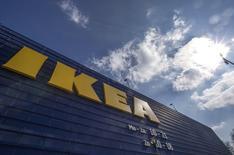 Логотип  Ikea на магазине компании в Делфте, Нидерланды. Ритейлер мебели и товаров для дома IKEA Group ожидает роста продаж примерно на 8-10 процентов в текущем финансовом году и находится на пути к достижению своего целевого показателя в 50 миллиардов евро к 2020 году, сообщил генеральный директор компании.  REUTERS/Yves Herman