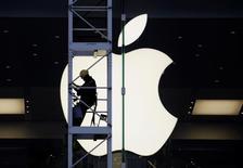 Funcionário visto em loja da Apple em Hong Kong.    10/04/2013     REUTERS/Bobby Yip/File Photo