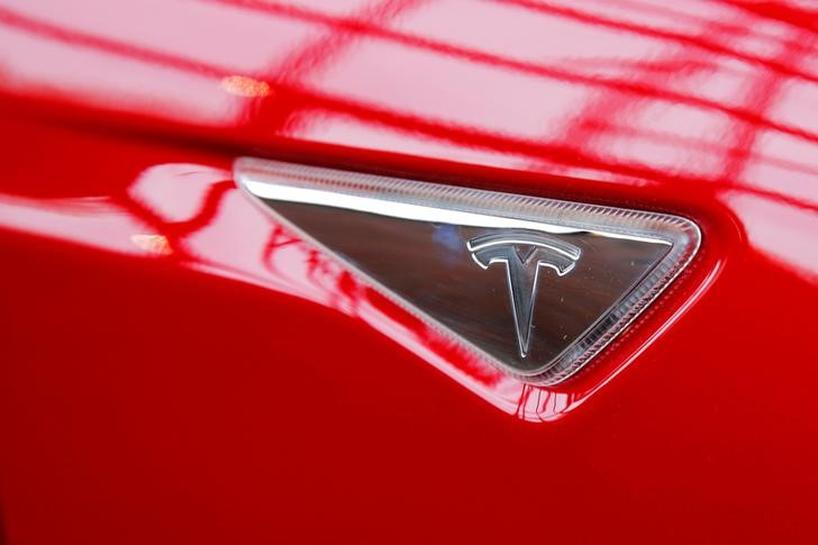 Tesla Motors introduces two less costly Model S versions