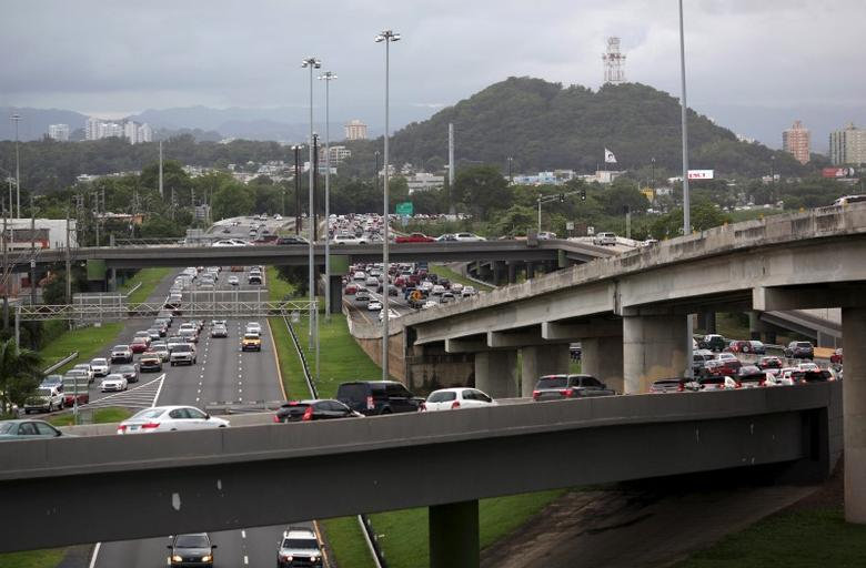 Cars move in the afternoon traffic on the expressway Las Americas in San Juan, December 1, 2015.  REUTERS/Alvin Baez