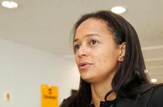 Isabel dos Santos, la nouvelle directrice générale de Sonangol, la compagnie pétrolière nationale de l'Angola, a déclaré jeudi que le groupe va se recentrer exclusivement sur les hydrocarbures en scindant ses actifs non stratégiques dans un fonds séparé. La fille du président angolais a également promis plus de transparence et d'efficience dans le groupe fondé il y a 40 ans. /Photo prise le 9 juin 2016/REUTERS/Ed Cropley