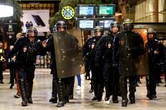 Французские полицейские на учениях на ж/д вокзале Марселя. 4 мая 2016 года. Французская полиция была вынуждена вмешаться, чтобы остановить столкновения между британскими футбольными фанатами и жителями Марселя в ночь на пятницу, всего за несколько часов до открытия европейского первенства по футболу. REUTERS/Jean-Paul Pelissier