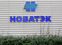 Логотип Новатэка на здании, в котором расположен московский офис компании. 16 сентября 2012 года. Контролируемый Новатэком проект по сжижению газа Ямал-СПГ получил первый транш на сумму 1 миллиард евро от Сбербанка и Газпромбанка, сообщила компания в пятницу. REUTERS/Maxim Shemetov