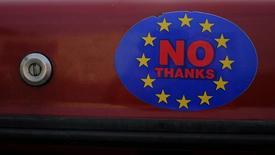 Un adhesivo en un auto con el logo de la campaña a favor de que el Reino Unido abandone la Unión Europea, en Llandudno, Gales. 27 de febrero de 2016. El Banco Central Europeo está listo para usar todas las herramientas, comenzando con su línea de swap de divisas con el Banco de Inglaterra, si Reino Unido vota a favor de salir de la Unión Europea y el resultado impacta a los mercados financieros, dijo el viernes Ilmars Rimsevics, miembro de la entidad. REUTERS/Phil Noble