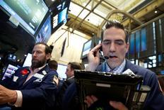La Bourse de New York a fini en baisse  vendredi, sous le coup notamment du plongeon des valeurs pétrolières. Le Dow Jones a cédé 0,67%, à 17.865,07. /Photo prise le 10 juin 2016/REUTERS/Brendan McDermid