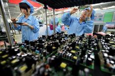 El crecimiento de la inversión en activos fijos de China cayó por debajo del 10 por ciento por primera vez desde 2000 en el periodo de enero a mayo, lo que aumentó las expectativas de un mayor estímulo. En la imagen, empleados en una fábrica de paneles electrónicos en Wuhan, provincia de Hubei, China el 27 de julio de 2015. REUTERS/China Daily/File Photo