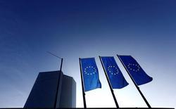 La Banque centrale européenne a annoncé lundi avoir acheté pour 348 millions d'euros d'obligations d'entreprise lors de la première journée de mise en oeuvre de son nouveau programme d'assouplissement quantitatif, un montant bien supérieur aux attentes qui illustre sa détermination à agir autant que possible pour soutenir la croissance et l'inflation. /Photo d'archives/REUTERS/Kai Pfaffenbach
