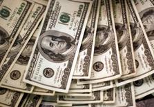 Notas de dólar são vistas em banco em Westminster, Colorado  03/11/2009 REUTERS/Rick Wilking/File Photo