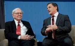 Warren Buffett (L), co-chair of the 10,000 Small Businesses Advisory Council, and businessman Dan Gilbert take part in a panel discussion following a news conference announcing a $20 million partnership to bring Goldman Sachs' 10,000 Small Businesses initiative to the city of Detroit, Michigan, U.S. November 26, 2013. REUTERS/Rebecca Cook/File Photo