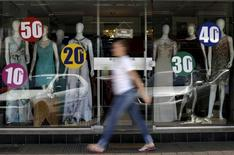 Una tienda con anuncios de descuentos en Brasilia, sep 25, 2015. Las ventas minoristas de Brasil excluyendo a automóviles y materiales de construcción subieron un 0,5 por ciento en abril frente a marzo, dijo el martes el estatal Instituto Brasileño de Geografía y Estadística (IBGE).  REUTERS/Ueslei Marcelino