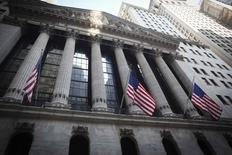La Bourse de New York a débuté dans le rouge mardi. Le Dow Jones recule de 0,17%, à 17.702,28. Le Standard & Poor's 500 baisse de 0,20% et le Nasdaq cède 0,20% également. /Photo d'archives/REUTERS/Carlo Allegri