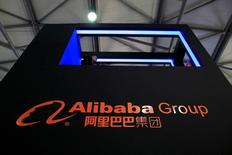 El logo de Alibaba Group visto en la convención CES Asia 2016, en Shanghái, China, 12 de mayo de 2016. El gigante chino del comercio electrónico Alibaba Group Holding Ltd dijo que prevé casi duplicar sus volúmenes de transacciones para el 2020, aún cuando manifestó su intención de deshacerse parcialmente de esa medición en momentos en que enfrenta una investigación sobre su contabilidad por parte de Estados Unidos. REUTERS/Aly Song/Files