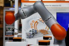 Midea Group se prépare à rendre publiques jeudi les modalités de son offre d'achat sur le fabricant allemand de robots industriels Kuka, selon deux sources au fait du dossier. Le fabricant chinois d'électroménager a dit qu'il souhaitait acheter au moins 30% de Kuka, qui serait valorisé 4,5 milliards d'euros par son offre à 115 euros par action. /Photo prise le 25 avril 2016/REUTERS/Wolfgang Rattay