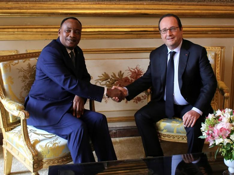 French President Francois Hollande (R) shakes hands with Niger President Mahamadou Issoufou during a meeting at teh Elysee Palace in Paris, France, June 14, 2016. REUTERS/Thibault Camus
