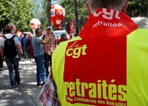 Homem usando camisa da central sindical CGT durante manifestação em Paris.   09/06/2016       REUTERS/Philippe Wojazer