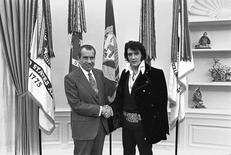 Foto de divulgação do encontro entre o então presidente dos EUA, Richard Nixon, e o Rei do Rock, Elvis Presley, em dezembro de 1970, em Washington.   Oliver F. Atkins/Casa Branca/Biblioteza Nixon/Divulgação via Reuters