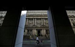 La Banque du Japon a gardé jeudi sa politique monétaire inchangée et maintenu ses prévisions optimistes pour l'économie japonaise en dépit de la remontée du yen et de la baisse des marchés boursiers. La banque centrale a maintenu sa promesse d'augmenter la masse monétaire à un rythme annuel de 80.000 milliards de yens et a laissé inchangé le taux d'intérêt négatif de -0,1% appliqué à une partie des réserves en excès déposées par les institutions financières auprès d'elle. /Photo d'archives/REUTERS/Toru Hanai