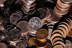 Рублевые монеты 7 июня 2016 года. Рубль начал торги четверга снижением к доллару и евро - против него дешевеющая нефть и опасения мировых рынков о возможном выходе Великобритании из ЕС, поддержкой российской валюте выступает июньский налоговый период, стартовавший накануне.  REUTERS/Maxim Zmeyev/Illustration