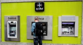 """El presidente de Bankia, José Ignacio Goirigolzarri, dijo el jueves que """"podría tener sentido"""" una potencial fusión con Banco Mare Nostrum (BMN), aunque añadió que no lo veía próximo. En la imagen, un hombre en un cajero de Bankia en Madrid, el 29 de abril de 2016.  REUTERS/Andrea Comas"""