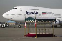 La aerolínea estatal iraní que ya había llegado a un acuerdo con Boeing Co para adquirir nuevos aviones, podrá reanudar sus vuelos a la UE, dijo el lunes la Comisión Europea. En esta imagen de archivo, un Boeing 747SP de Iranair con el expresidente Mahmoud Ahmadinejad a bordo antes de salir del aeropuerto Mehrabad de Teherán rumbo a Nueva York, el 19 de septiembre de 2011. REUTERS/Morteza Nikoubazl