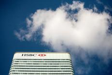 Une filiale de HSBC Holdings a annoncé jeudi qu'elle verserait 1,575 milliard de dollars (1,402 milliard d'euros) pour mettre fin à une action en nom collectif qui visait depuis 14 ans la société américaine de crédit à la consommation Household International, acquise par la banque britannique en 2003. /Photo d'archives/REUTERS/Kevin Coombs