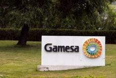 El logo de Gamesa en su sede en Madrid, España. el 17 de junio de 2016. El grupo español de aerogeneradores Gamesa y el conglomerados industrial alemán Siemens alcanzaron un principio de acuerdo para fusionar sus activos en energía eólica, aunque aún falta por cerrar los términos finales de la operación. REUTERS/Andrea Comas