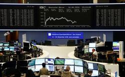 Operadores trabajando en la Bolsa de Fráncfort, Alemania. 16 de junio de 2016. Las bolsas europeas subían el viernes, ayudadas por un rebote en el castigado sector bancario, mientras los operadores atribuían los avances en parte a la suspensión de las campañas por el referendo en el Reino Unido sobre su permanencia en la Unión Europea. REUTERS/Ralph Orlowski