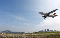 Avião decola no aeroporto Santos Dumont, no Rio de Janeiro 06/06/2016 REUTERS/Ricardo Moraes