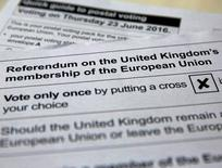 La opción que promueve la permanencia del Reino Unido en la Unión Europea tiene una ventaja de casi 7 puntos por encima de la alternativa que quiere abandonar el bloque de 28 países, a menos de una semana del referendo del próximo 23 de junio, según un sondeo telefónico divulgado el viernes. En la imagen, una de las papeletas sobre las que los británicos tendrán que expresar su opinión. REUTERS/Russell Boyce