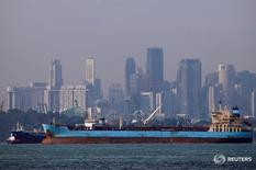 Нефтеналивной танкер у берегов Сингапура 8 июня 2016 года. Цены на нефть усилили рост на азиатских торгах в понедельник благодаря падению доллара и ослаблению опасений о возможном выходе Британии из Евросоюза. REUTERS/Edgar Su