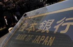 Personas caminan en una calle frente a la sede del Banco de Japón, en Tokio, Japón. 31 de marzo de 2016. El jefe del Banco de Japón, Haruhiko Kuroda, reconoció el lunes por primera vez que el banco central no cumplió con su meta de inflación en un plazo de dos años, establecida en el 2013, lo que resalta los desafíos de erradicar la persistente senda deflacionaria que sufre el país. REUTERS/Yuya Shino/File Photo