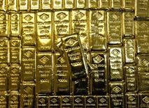 Слитки золота на заводе 'Oegussa' в Вене. 18 марта 2016 года. Золото подешевело в понедельник после того, как опросы общественного мнения показали, что кампанию за сохранение Великобритании в Европейском Союзе получила некоторый импульс, что повысило аппетит к высокорисковым активам и вызвало ралли на фондовых рынках. REUTERS/Leonhard Foeger