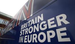 Автобус дерутата-лейбориста Люси Пауэлл, агитирующей за сохранение Британии в ЕС. Манчестер, 15 апреля 2016 года. Автопроизводители и футбольные чиновники в понедельник выступили за сохранение Британии в составе Евросоюза, в то время как опросы, указавшие на усиление позиций противников Brexit, поддержали акции и фунт стерлингов за три дня до референдума. REUTERS/Andrew Yates