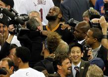 LeBron James cercado por jornalistas após conquista de título da NBA.   20/06/2016         Cary Edmondson-USA TODAY Sports