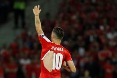 Meia suíço Xhaka com camisa rasgada durante partida da Euro 2016.   19/06/2016       REUTERS/Gonzalo Fuentes