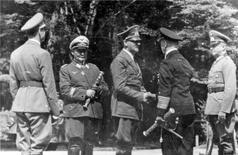 Fotografia histórica de Hermann Goering, Adolf Hitler, Erich Raeder e Wilhelm Keitel em vilarejo francês.     22/06/1940    REUTERS/Patrick Kovacs