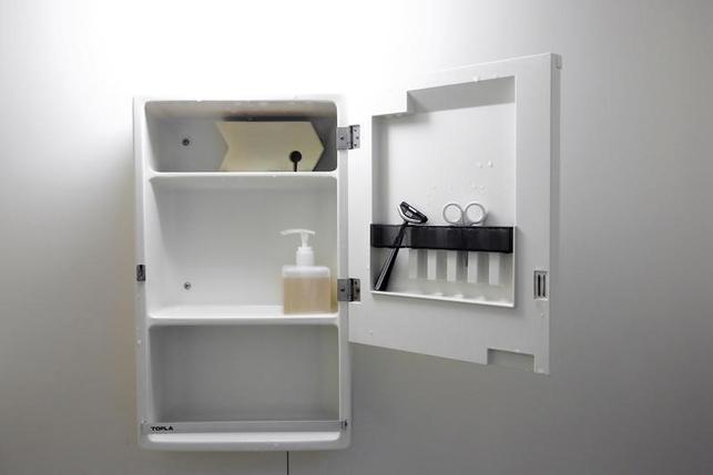 6月19日、編集者の佐々木典士さんは、日本で増えている「少ないほど豊か(Less is more)」というライフスタイルを選択した1人だ。写真は佐々木さん宅の洗面所の棚。都内で2月撮影(2016年 ロイター/Thomas Peter)