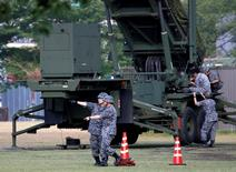 Soldados japoneses ao lado de unidade antimísseis em Tóquio.   21/06/2016      REUTERS/Issei Kato