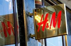 Логотип H&M на магазине в Вене. Шведский ритейлер бюджетной одежды Hennes & Mauritz отчитался в среду о 17-процентном снижении прибыли за второй квартал из-за слабого спроса на весеннюю коллекцию, а также высоких затрат.  REUTERS/Leonhard Foeger