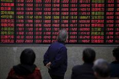Инвесторы в брокерской конторе в Шанхае. 7 марта 2016 года. Основные индексы Китая закрылись на положительной территории в среду, поскольку все больше инвесторов ожидают сохранения Великобритании в составе ЕС, в то время как осторожный тон главы ФРС США Джанет Йеллен о будущих повышениях ставок также успокоил трейдеров. REUTERS/Aly Song/File Photo