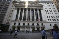 La Bourse de New York a débuté sans grand changement mercredi, la prudence freinant les prises de position à la veille du référendum britannique sur l'UE. Quelques minutes après le début des échanges, le Dow Jones gagne 0,18%, à 17.861,23. /Photo d'archives/REUTERS/Carlo Allegri