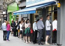 Очередь в пункт обмена валюты в Лондоне. 22 июня 2016 года. Британцы начали массово обменивать фунт стерлингов на евро и доллары США в преддверии референдума о членстве страны в Европейском союзе, сообщили в среду компании, занимающиеся обменом валюты. REUTERS/Peter Nicholls