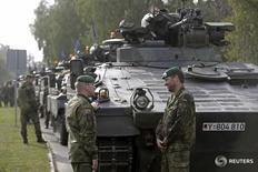 """Немецкие военнослужащие в Адажи, Латвия 4 октября 2015 года. Канцлер Германии Ангела Меркель подчеркнула стремление немецких властей усилить восточный фланг НАТО, через несколько дней после того, как министр иностранных дел страны предостерёг альянс от """"бряцания оружием"""", которое может привести к росту напряжённости в отношениях с Россией. REUTERS/Ints Kalnins"""