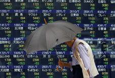 Le secteur financier européen se met en ordre de bataille jeudi pour faire face à la panique qui pourrait s'emparer des marchés financiers si les Britanniques choisissaient de quitter l'Union européenne. /Photo prise le 13 juin 2016/REUTERS/Issei Kato