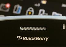 BlackBerry a annoncé jeudi une chute plus forte que prévu de son chiffre d'affaires trimestriel mais prédit un résultat annuel supérieur aux attentes du marché. /Photo d'archives/REUTERS/Bobby Yip