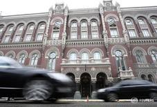 Вид на здание НБ Украины в Киеве 18 февраля 2010 года. Нацбанк Украины третий месяц подряд снизил ключевую учетную ставку - до 16,5 с 18,0 процентов, указав на устойчивое замедление инфляции и оживление экономики. REUTERS/Konstantin Chernichkin